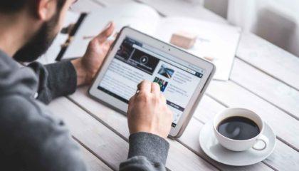 Onlinehandel bietet bequemes Shoppen zu Hause am Tablet
