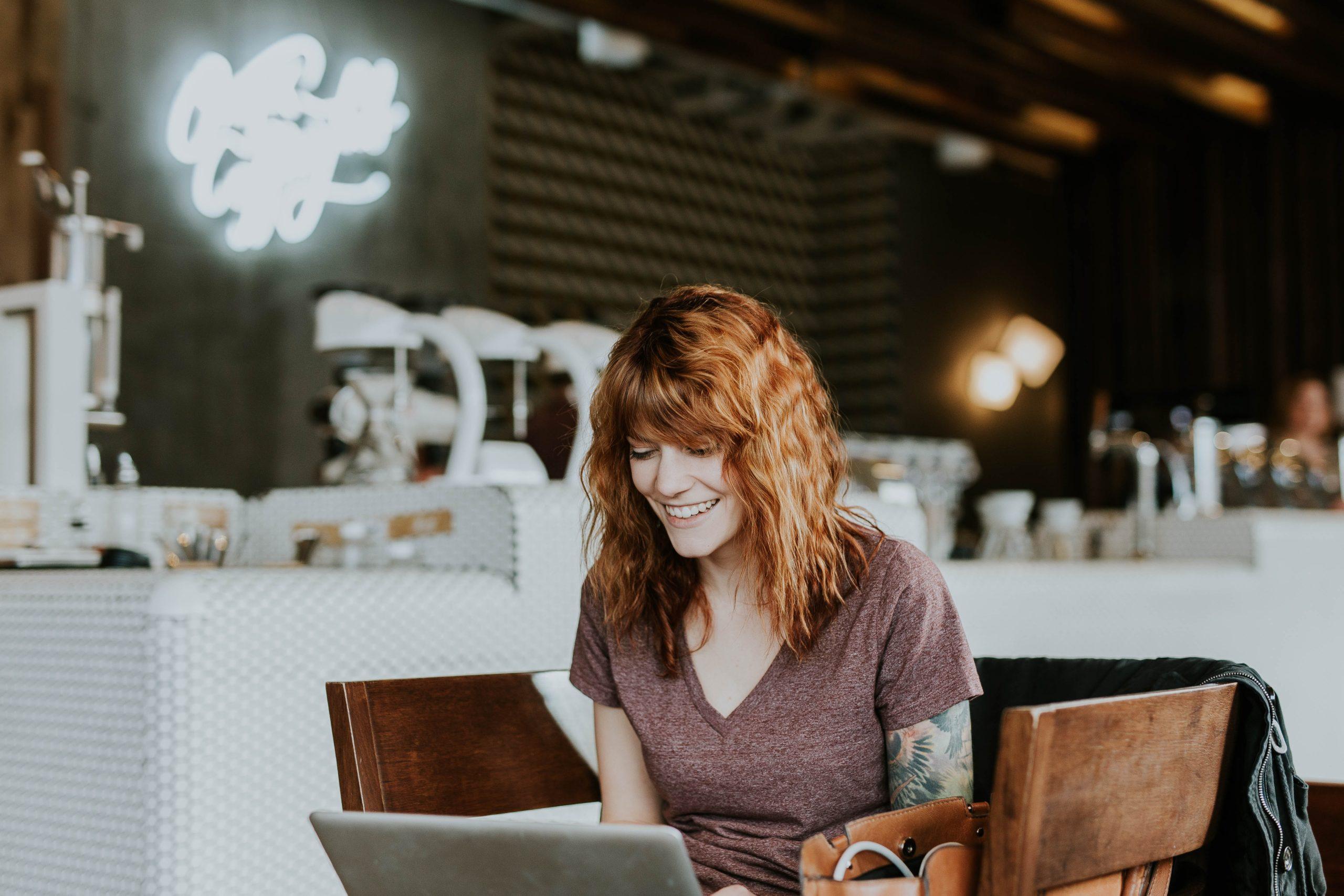 Onlinehandel ermöglicht bequemes Shoppen im Cafe um die Ecke