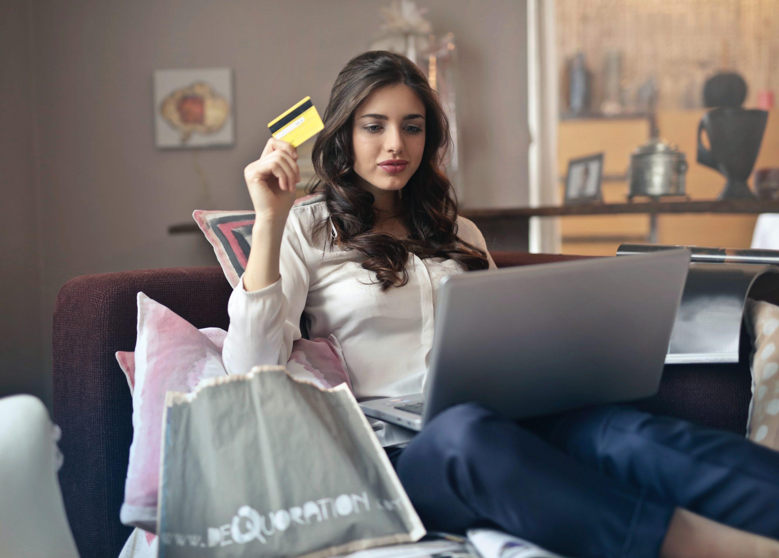 Positive Customer Experience beim gemütlichen Online-Shoppen auf der Couch