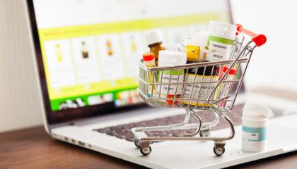 Kleiner Einkaufswagen voller Medikamenten als Botendienst