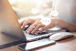Tippende Hände während Onlineshopping am Laptop