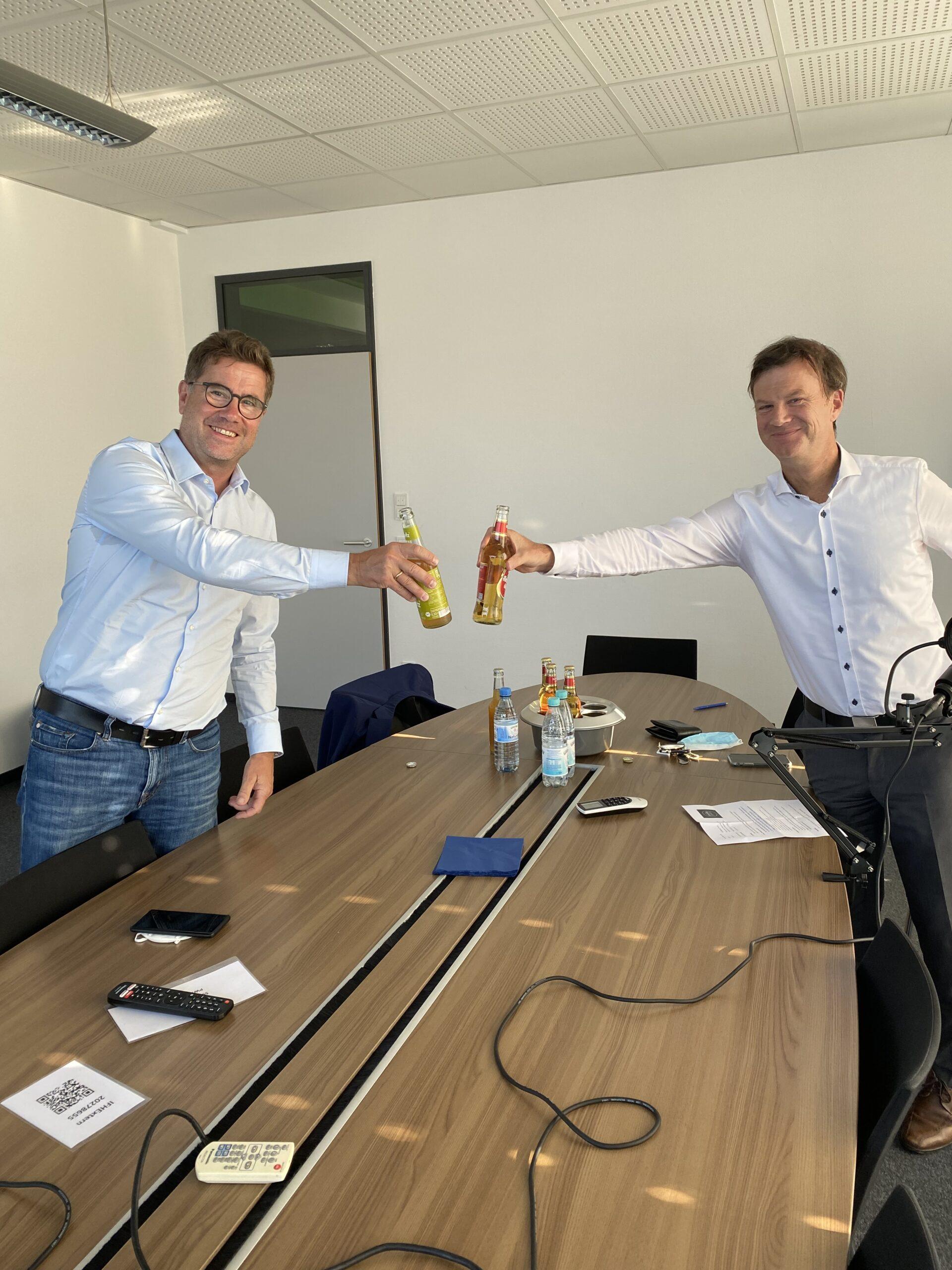 Kai Hudetz und Wolfgang Kirsch stoßen an