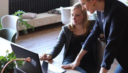Zwei Frauen blicken auf Laptop